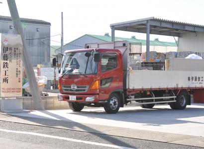 株式会社伊藤鉄工所の看板とトラックの写真