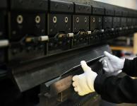 株式会社伊藤鉄工所が保有するムラテックのプレスブレーキBH13530を使って曲げ作業を行う風景写真