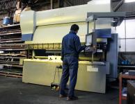 株式会社伊藤鉄工所が保有するムラテックのプレスブレーキBH13530を操作する男性
